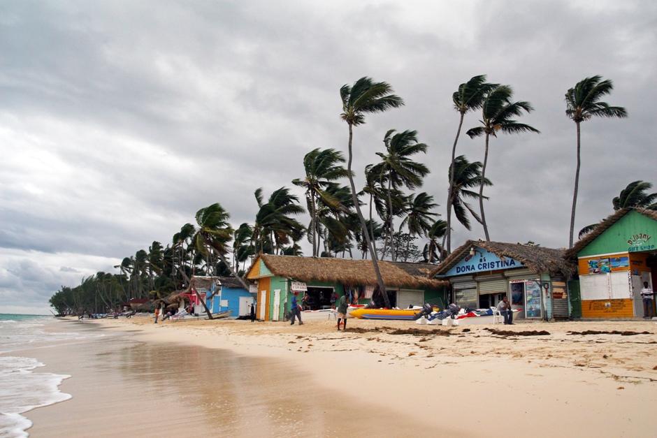 1. DOMINIKANA, Punta Cana. Na początku sezonu to najgorszy wybór dla osób lubiących plażować. Kiedy w innych częściach już świeci słońce, tu często jeszcze niebo bywa zasnute chmurami. I wieje. (Fot. Ewa Serwicka)