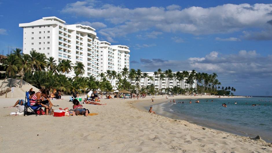 3. DOMINIKANA, Juan Dolio. Chcąc zobaczyć, jak wypoczywają miejscowi, warto wybrać się do Juan Dolio. Hoteli tu mało, są za to apartamenty mieszkańców Santo Domingo. (Fot. Ewa Serwicka)