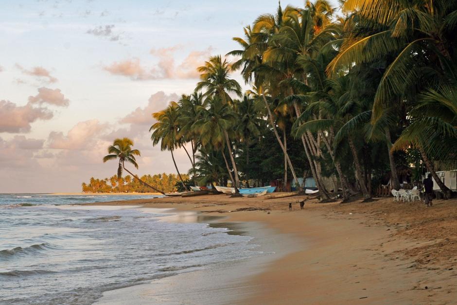 10. DOMINIKANA, Las Terrenas. Miejscowe knajpki i bary wystawiają swoje stoliki na plażę. Wieczorem można podziwiać zmierzch sącząc lokalnego drinka santo libre. (Fot. Ewa Serwicka)