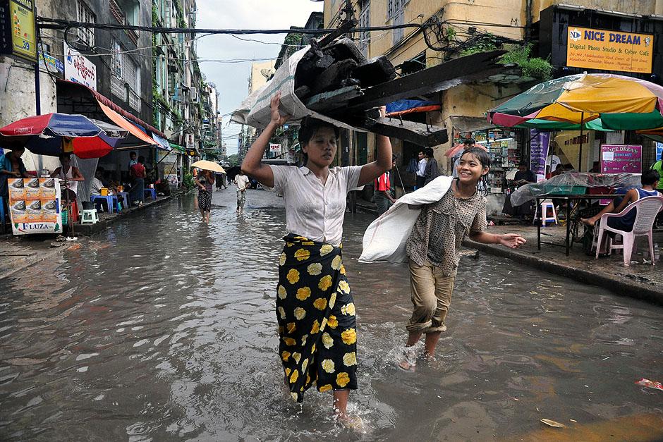 4. BIRMA, Rangun. Wskutek kilkugodzinnych ulew w tym czasie ulice nierzadko zamieniają się w rwące potoki. (Fot. Joanna Mrówka)