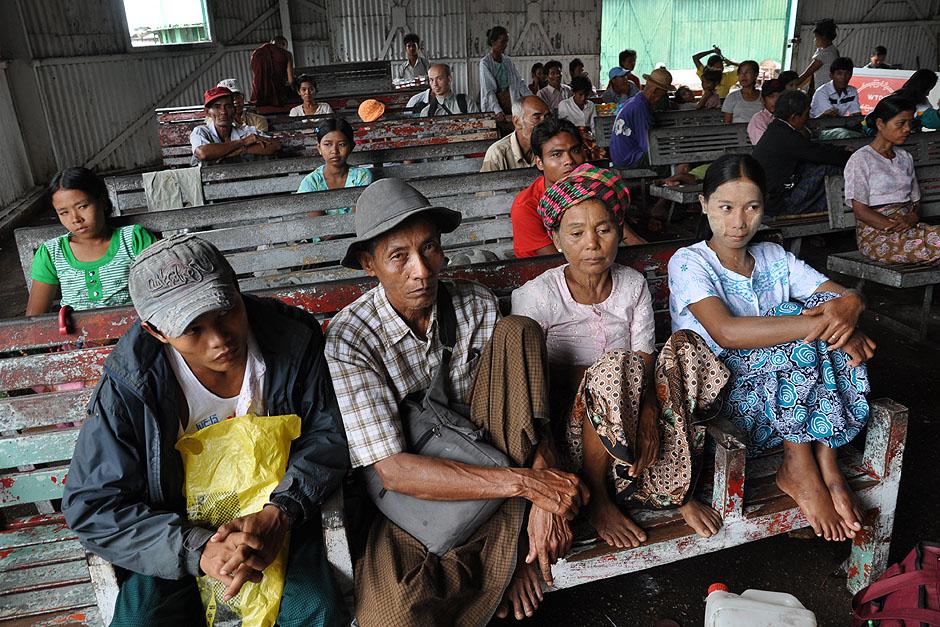 15. BIRMA, Rangun. Poczekalnia w porcie. Ludzie czekają cierpliwie na swój statek. (Fot. Joanna Mrówka)