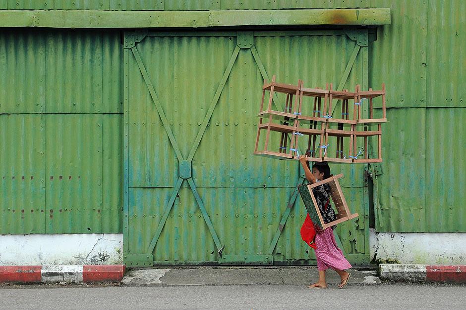 17. BIRMA, Rangun. Lżejsze rzeczy, takie jak meble, transportowane są bez użycia taczki. (Fot. Joanna Mrówka)