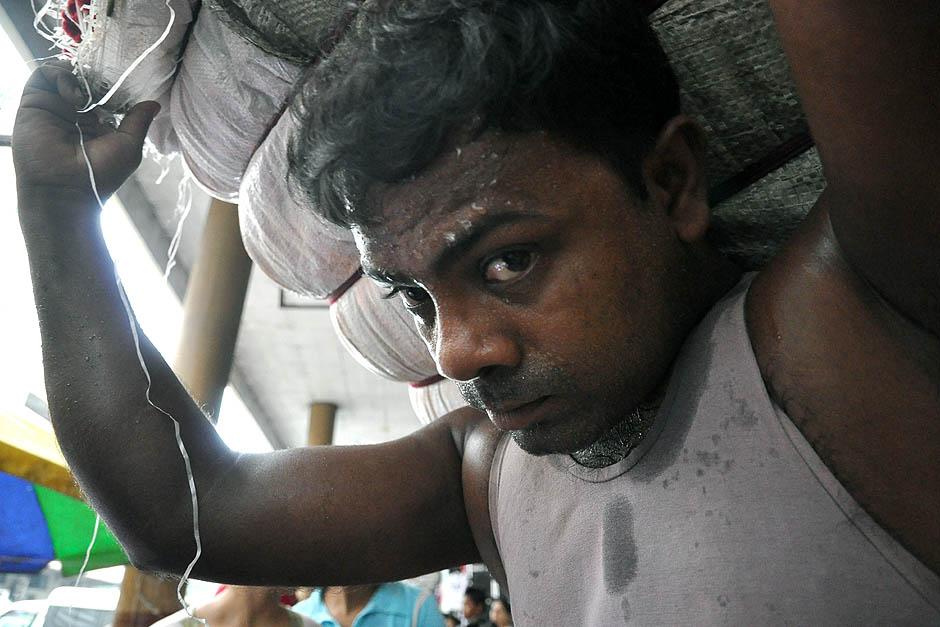 18. BIRMA, Rangun. Spocony tragarz dwoi się i troi, żeby dostarczyć ładunek na czas. (Fot. Joanna Mrówka)