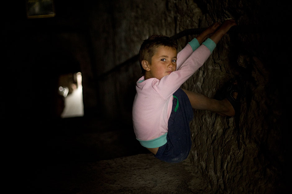 2. MOŁDAWIA, Orheiul Vechi. Sześcioletni Dumitru codziennie odwiedza jaskinię mnicha Ife, bo to jedno z niewielu miejsc, w którym zawsze znajdzie się jakiś turysta. A mnich śpi na kamieniach, tych samych, co jego poprzednicy od XII wieku. (Fot. Thomas Alboth)