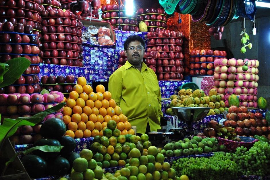 2. INDIE, Mysore. Stoisko na Devaraja Market z misternie poukładanymi owocami. (Fot. Anna Manczyk)
