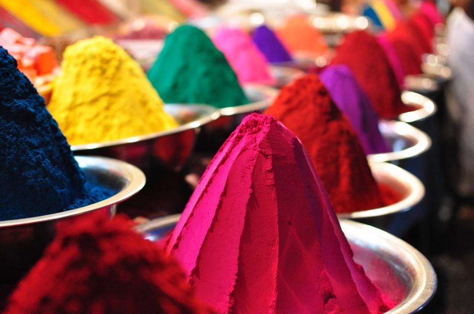 3. INDIE, Mysore. Kolorowe barwniki służą do barwienia tkanin, czy obsypywania się podczas święta kolorów. (Fot. Paweł Manczyk)
