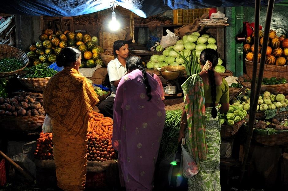 8. INDIE, Mysore. Kobiety w tradycyjnych strojach - sari - na zakupach. (Fot. Paweł Manczyk)
