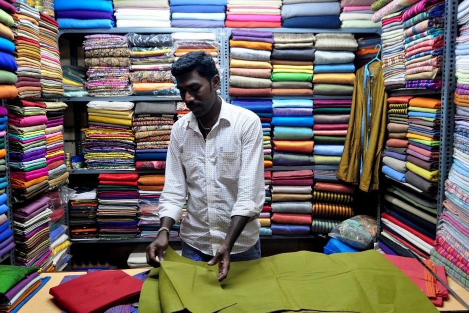 11. INDIE, Madurai. Zanim jednak krawiec uszyje koszulę, obowiązkowa jest wizyta w stoisku z materiałami. (Fot. Paweł Manczyk)
