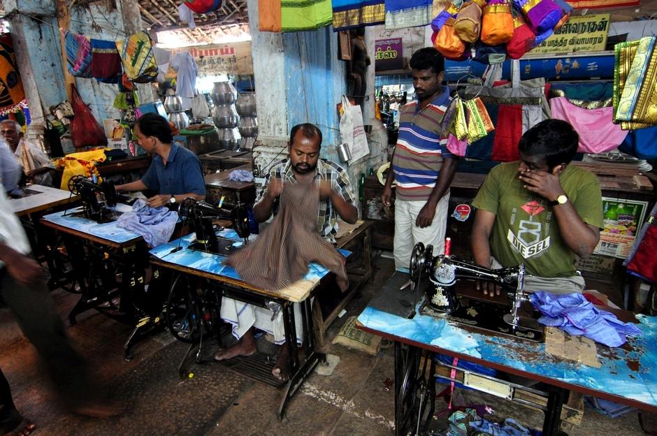 12. INDIE, Madurai. Praca na targu krawców wre. Za 2-3 godziny można odebrać swoje zamówienie. (Fot. Paweł Manczyk)