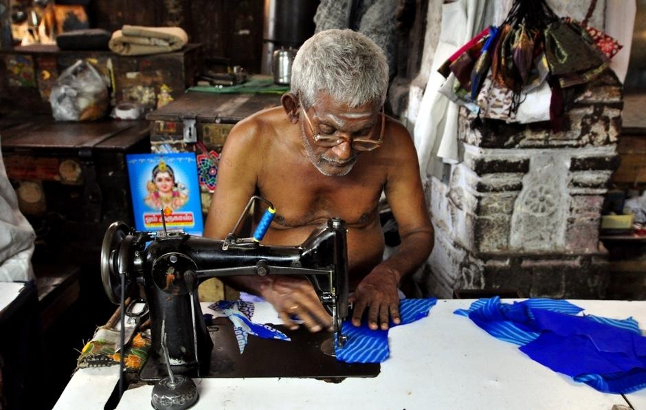 13. INDIE, Madurai. Krawcy są bardzo skupieni podczas szycia. (Fot. Paweł Manczyk)
