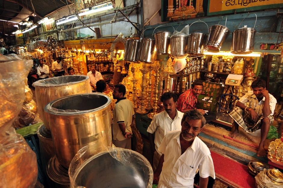 15. INDIE, Madurai. Na targu krawców można też kupić metalowy asortyment kuchenny codziennego użytku - od talerzy po garnki. Praktyczne, bo nic się nie stłucze. (Fot. Paweł Manczyk)