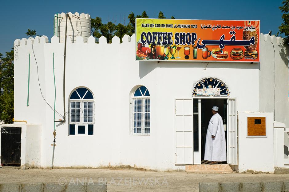 3. OMAN, Sur. Omański coffee shop to synonim miejsca, w którym kupić można lokalne fastfoody tj. płaskie chlebki z kurczakiem, sosem, ewentualnie warzywami. (Fot. Ania Błażejewska)