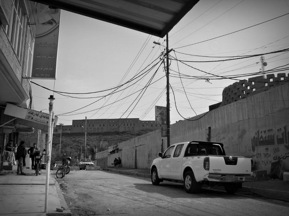 2. IRACKI KURDYSTAN, Erbil. W stolicy Irackiego Kurdystanu pełno kontrastów. Drogie samochody poruszają się po zaniedbanych ulicach. (Fot. Katarzyna Komorek)