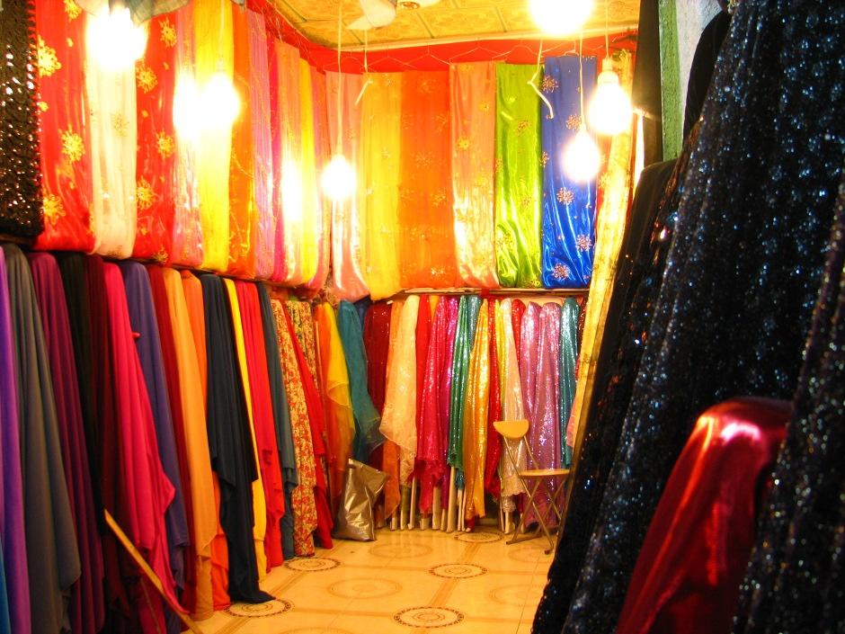 9. IRACKI KURDYSTAN, Erbil. Z tych materiałów szyje się tradycyjne stroje kobiece na specjalne okazje. (Fot. Katarzyna Komorek)
