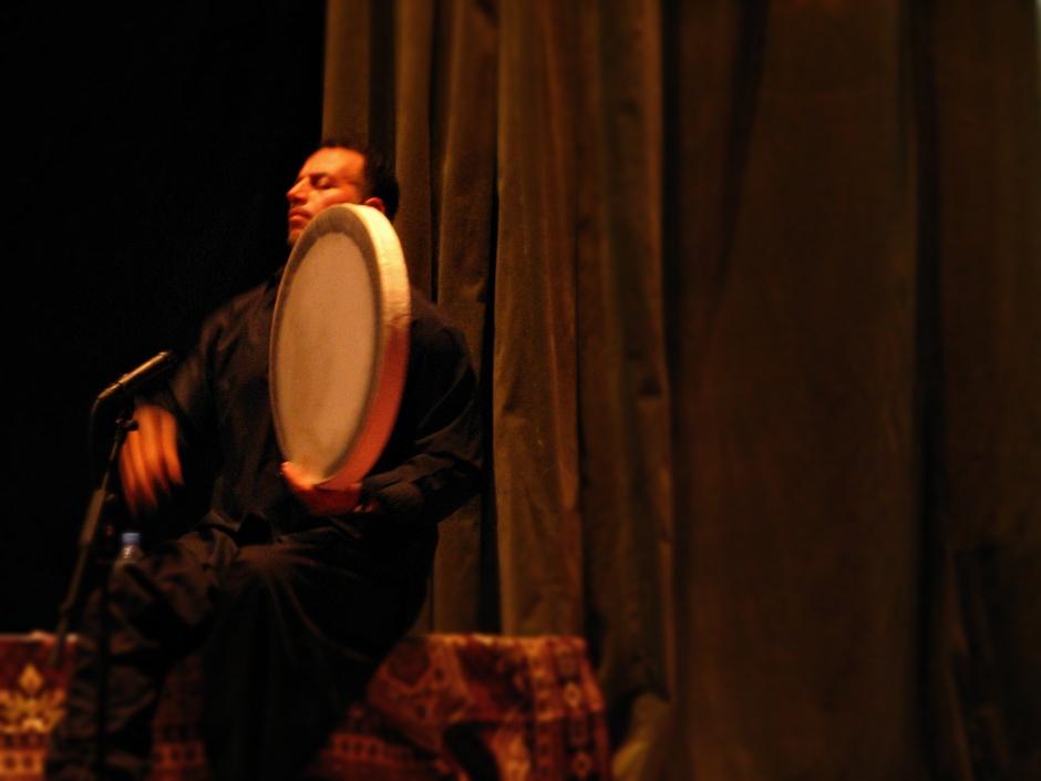 10. IRACKI KURDYSTAN, Erbil. W Media Hall, swoistym centrum kultury Erbilu, podczas koncertu muzyki kurdyjskiej słychać rytmiczne uderzenia w daf, tradycyjny instrument pochodzący z Iranu. (Fot. Katarzyna Komorek)