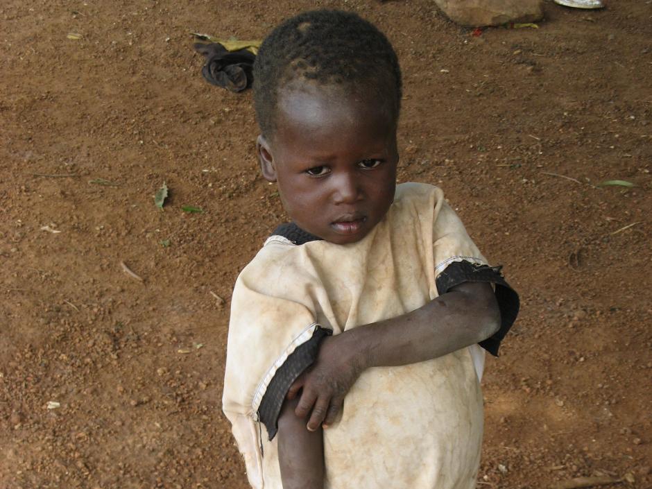 16. BENIN, Kossokouangou. Susza i walki są głównymi problemami tych zapomnianych ziem. Ciężki głód sprawia, że jest to obszar Afryki o największej śmiertelności dzieci. Dobrym sposobem pomocy jest zapomnienie kilku par bielizny, a w zamian wypełnienie plecaka puszkami, a dla dzieciaków – słodyczami (polecane przez dentystów!). (Fot. Vicente Palacios)