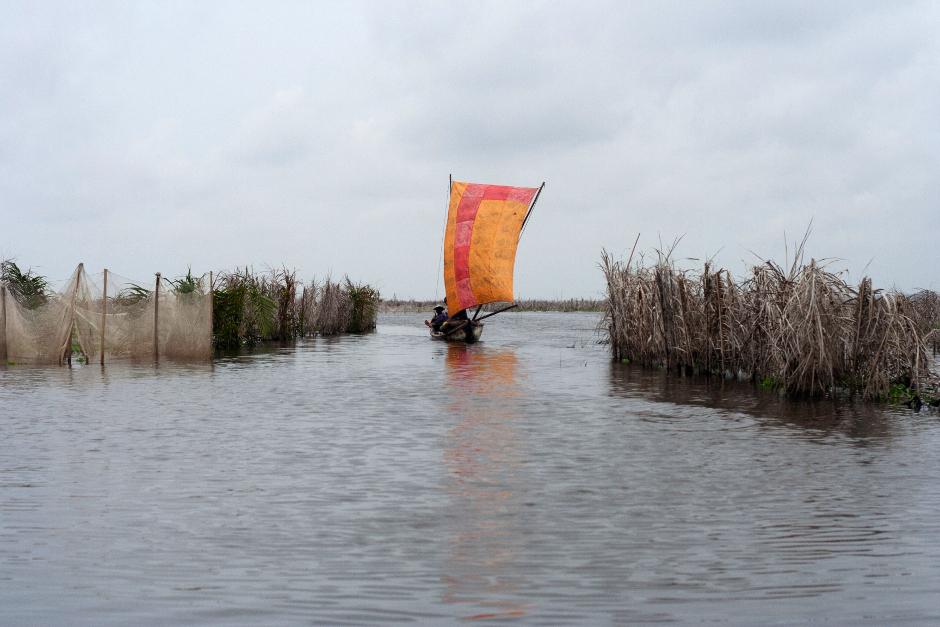 4. BENIN, Ganvié. Plemie Tofinu zdobywa pożywienie w wodach jeziora Nokoué przy wykorzystaniu metod opartych na zlewni z liści palmowych. (Fot. Vicente Palacios)