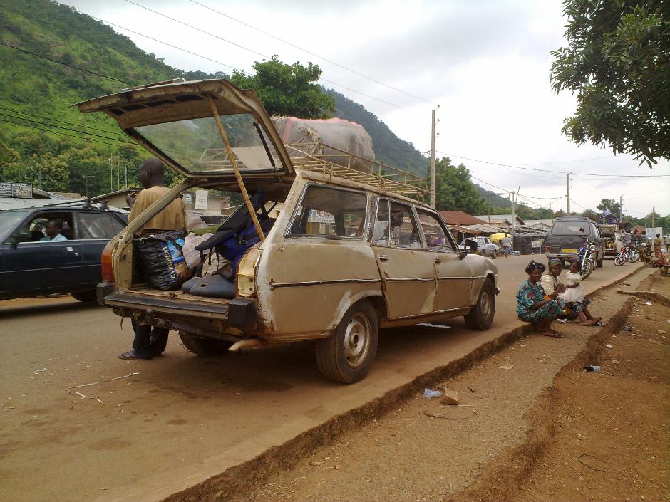 9. BENIN, Djougou. Bush taxi (zachodnio-afrykańskie dzielone taksówki) to jedyny sposób by dostać się do miast plemienia Somba. Większość pojazdów to przekształcone Peugeoty 504s z 1980 tak by upchnąć w nim 10 pasażerów. Czekanie godzinami na napełnienie się taksówki jest główną czynnością jakiej można zakosztować w wiosce. (Fot. Vicente Palacios)
