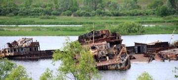 Cmentarzysko statków w Czarnobylu. (Fot. Wiktor Rozmus)