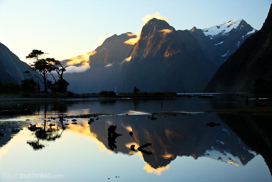 """6. NOWA ZELANDIA, Wyspa Południowa, Fiordland. Słynny nowozelandzki fiord """"Milford Sound"""" o zachodzie słońca. (Fot. Jakub Puchalski)"""