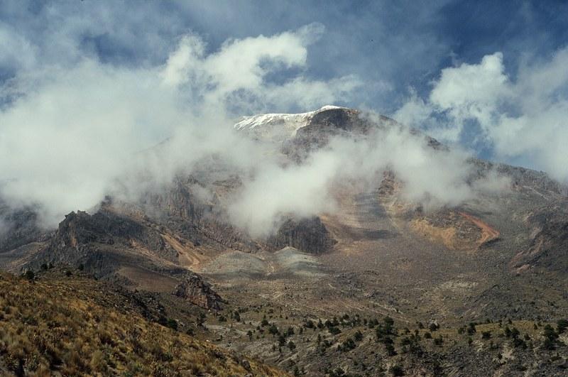 Niezliczone piarżyska zniechęcają do dalszej drogi, ale otulona chmurami Orizaba jest zbyt piękna, żeby się tu poddać. (Fot. Marcin Kruczyk)