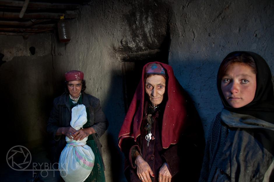 17. AFGANISTAN, prowincja Badachsztan. Kobiety w przedsionku domostwa. Wioska Kazi Deh. (Fot. Jakub Rybicki)