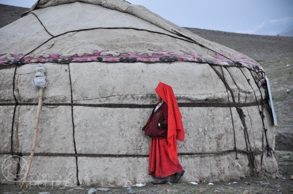 23. AFGANISTAN, prowincja Badachsztan. Kirgizka przy jurcie. (Fot. Jakub Rybicki)
