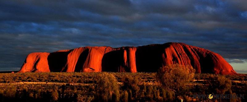Jedno z oblicz Uluru - największego australijskiego kamienia. (www.loswiaheros.pl)