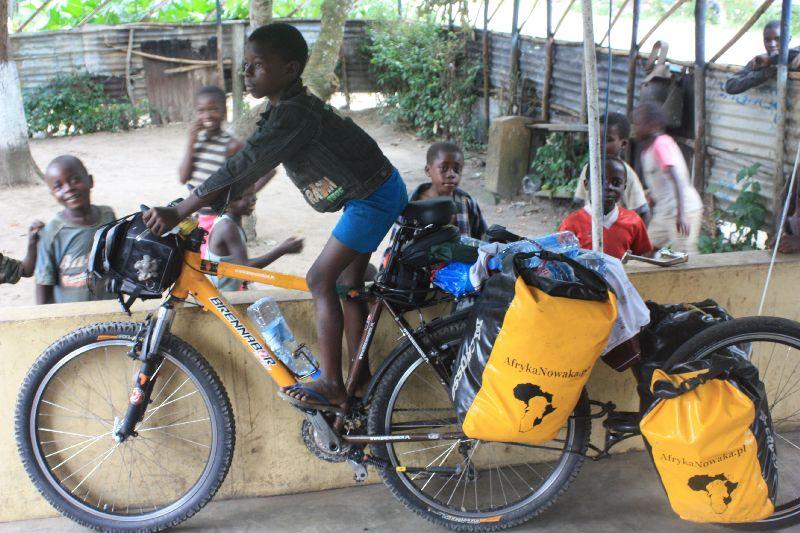 Sztafeta budzi zainteresowanie i miewa gości. (Fot. www.afrykanowaka.pl)