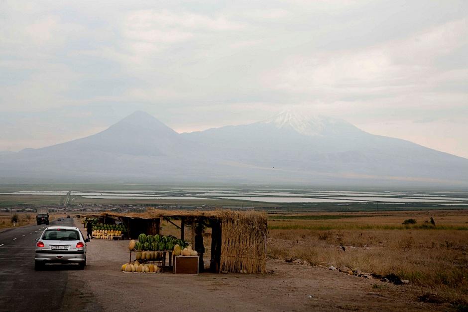 1. ARMENIA. W drodze do Górskiego Karabachu. Z Erewania - kierunek Ararat, a potem długa droga na wschód. (Fot. Thomas Alboth)
