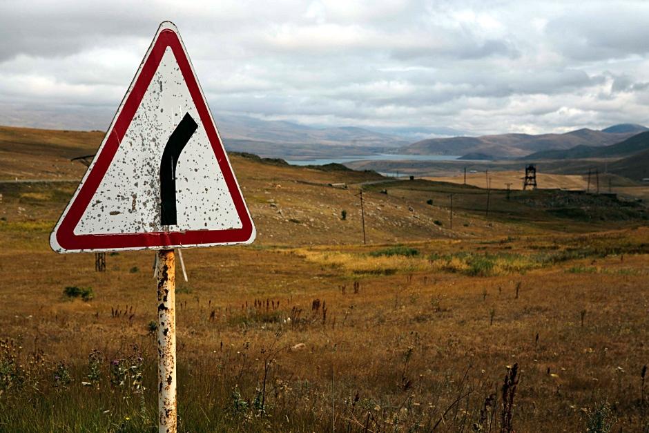 5. GÓRSKI KARABACH. Zakręty, wiatr i chmury. Droga od granicy do stolicy kraju. (Fot. Thomas Alboth)