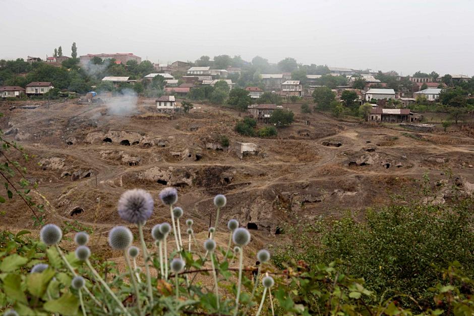 6. GÓRSKI KARABACH. Wioski mijane po drodze. Jedni mieszkają w domach, inni w ziemiankach. (Fot. Thomas Alboth)