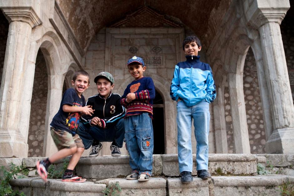 11. GÓRSKI KARABACH, Shusha/Shushi. Ormiańscy chłopcy bawią się, oczywiście w wojnę, w zniszczonym azerskim meczecie. (Fot. Thomas Alboth)