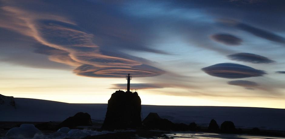 9. ANTARKTYKA, Wyspa Króla Jerzego. Soczewkowate chmury nad latarnią – widok z Arctowskiego. (Fot. Piotr Horzela)