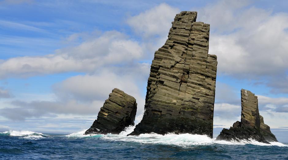 12. ANTARKTYKA, Wyspa Króla Jerzego. Słupy bazaltowe w Desrtruction Bay, nazwa zatoki nie jest przypadkiem. (Fot. Piotr Horzela)