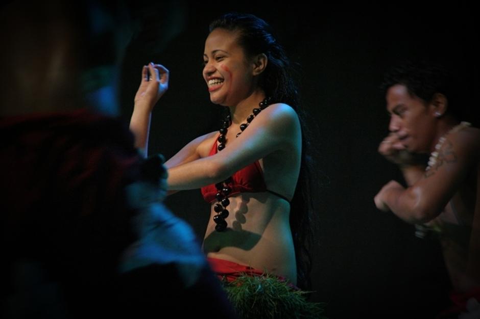 2. FIDŻI, Suva. Począwszy od tanców iście tradycyjnych, od pokoleń towarzyszącym mieszkańcom Pacyfiku... (Fot. Tomek Biskup)