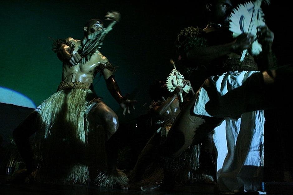 4. FIDŻI, Suva. Podczas prezentacji tancerze korzystają niejednokrotnie z przedziwnych rekwizytów, czy też instrumentów muzycznych. (Fot. Tomek Biskup)
