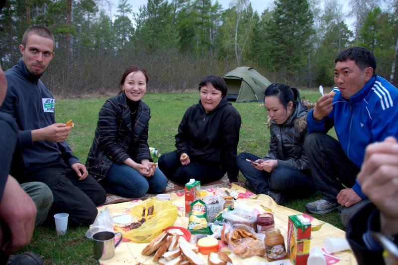 Spotkanie z gościnnymi Jakutami we wsi Bulgunnyakhtakh. (Fot. Long Walk Plus Expedition)
