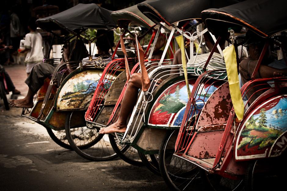 2. INDONEZJA, Jogyakarta. Jin = człowiek, riki = siła lub moc, sha = pojazd. Dosłownie oznacza to pojazd napędzany ludzką siłą. (Fot. Bartolomeo Koczenasz)