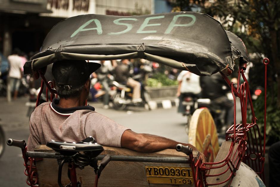 3. INDONEZJA, Jogyakarta. Te wyjątkowe pojazdy – riksze – dla mieszkańców większych miast Jawy stanowią często najpopularniejszy środek transportu.