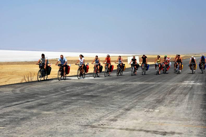20 młodych ludzi wraz z ojcem Tomaszem będą przemierzać 150 km dziennie! (Fot. z archiwum wyprawy)