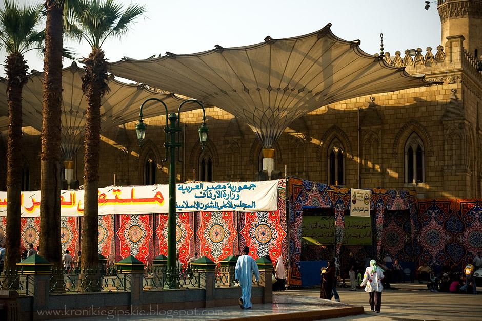 12. EGIPT, Kair. W czasie Ramadanu na kairskich ulicach, jak grzyby po deszczu, wyrastają stoły miłosierdzia, często wydzielone tkaninami o tradycyjnych wzorach. Przy tych stołach w czasie Ramadanu każdy może za darmo zjeść iftar. Przygotowywane są one dla najbiedniejszych, którzy w ciągu tego miesiąca, pomimo całodziennego postu, wreszcie mogą najeść się do syta. (Fot. Anna Krukowska)