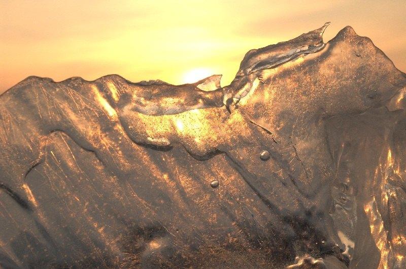 Niesamowita sprawa - obserwować jak jezioro walczy z lodem. (Fot. Jakub Rybicki)