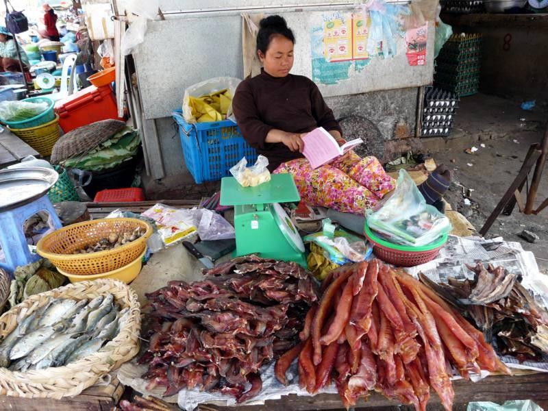 Osobliwości spożywcze na targu w Battambang. (Fot. Krzysztof Dopierała)
