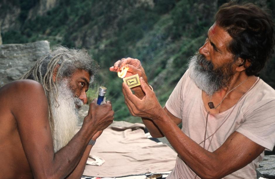 Indie, Himachal Pradesh. Spotkani po drodze święci mężowie przypalają polskimi zapałkami wielką fifę gandzi. (Fot. Piotr Strzeżysz)