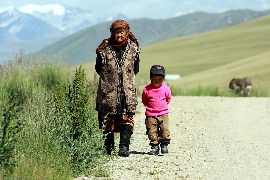 13. KIRGISTAN, okolice miasta Naryn. Kirgiska babcia i kirgiski wnuczek spotkani na trasie podróży. (Fot. Piotr Strzeżysz)