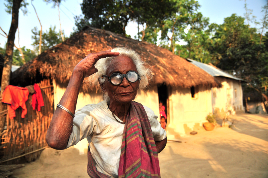 Zdjęcia z Bangladeszu. Staruszka w okularach Gandhiego.