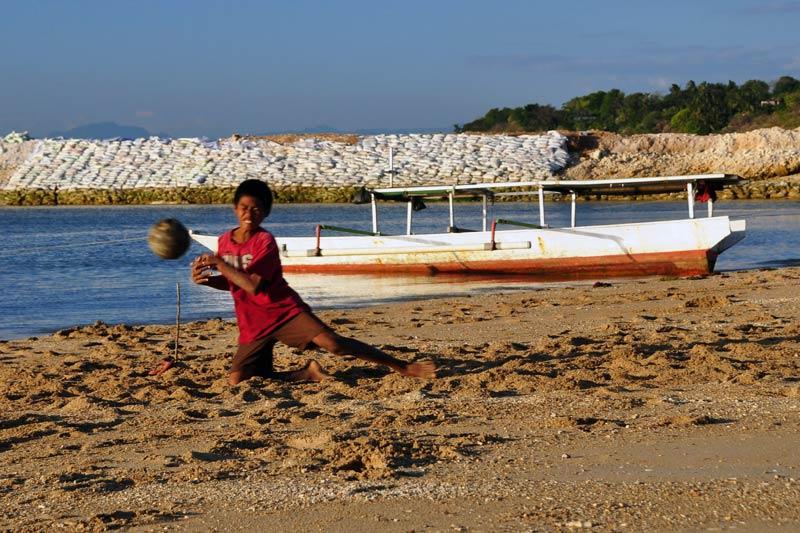 Dzieciaki na plaży w Kupang