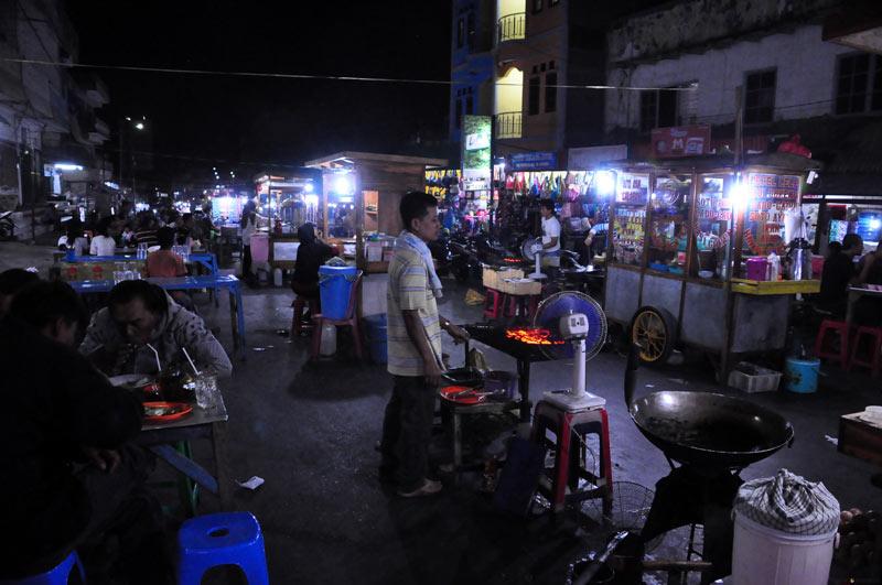 Indonezja, Kupang. Nocny market z pysznym jedzeniem