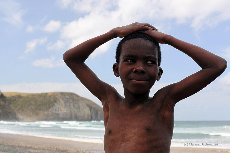 Młody mieszkaniec Coffe Bay w Republice Południowej Afryki